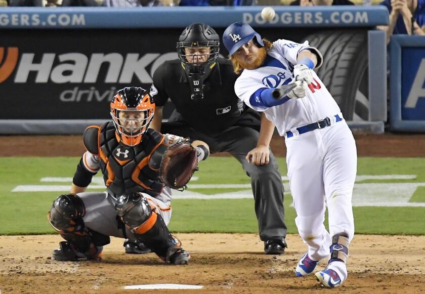 El jugador de los Dodgers de Los Ángeles Justin Turner pega un jonrón solitario junto al catcher de los Gigantes de San Francisco Buster Posey, a la izquierda, y al umpire del plato Carlos Torres durante el cuarto inning de su juego de béisbol, el miércoles 24 de agosto de 2016, en Los Ángeles. (AP Foto/Mark J. Terrill) ** Usable by HOY, ELSENT and SD Only **