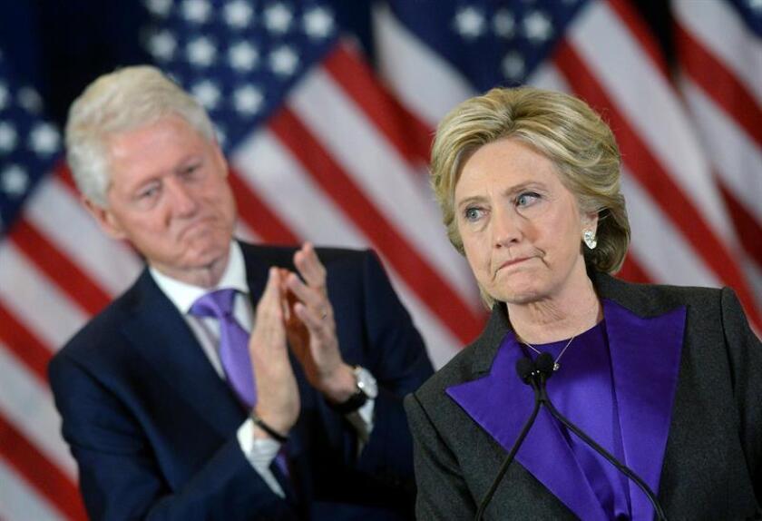 El matrimonio formado por la exsecretaria de Estado Hilary Clinton, y el antiguo presidente de EE.UU Bill Clinton, se reunió con el gobernador de Puerto Rico, Ricardo Rosselló. EFE/Archivo