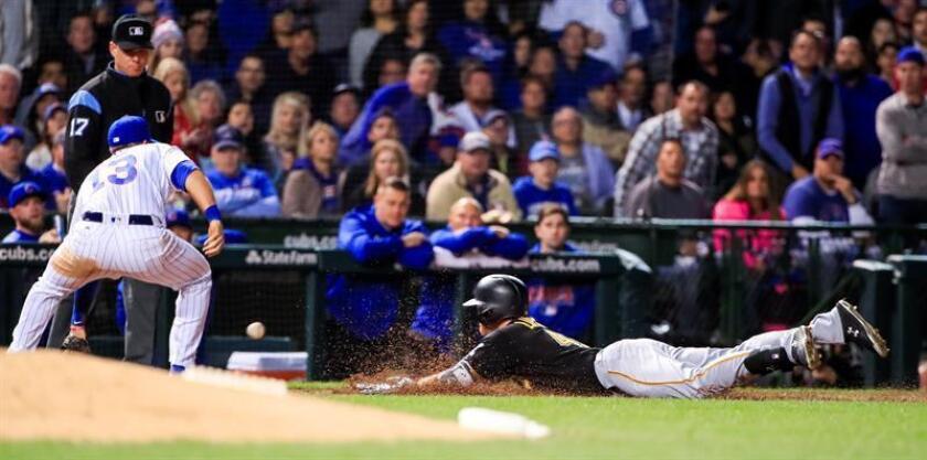 El jardinero derecho de los Piratas Jordan Luplow (d) alcanza la tercera base de un triple ante el tercera base de los Cachorros Dvid Bote (i), durante la quinta entrada de un partido de las Grandes Ligas de Béisbol entre los Cachorros de Chicago y los Piratas de Pittsburgh, en el Wrigley Field de Chicago, Illinois (EE.UU.). EFE