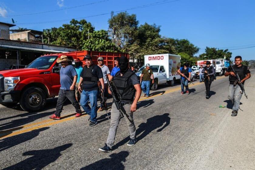 Policías comunitarios afines a la comunidad de Xaltianguis, ubicado en la zona rural de Acapulco, estado mexicano de Guerrero (México) bloquean hoy, la entrada a la comunidad. EFE