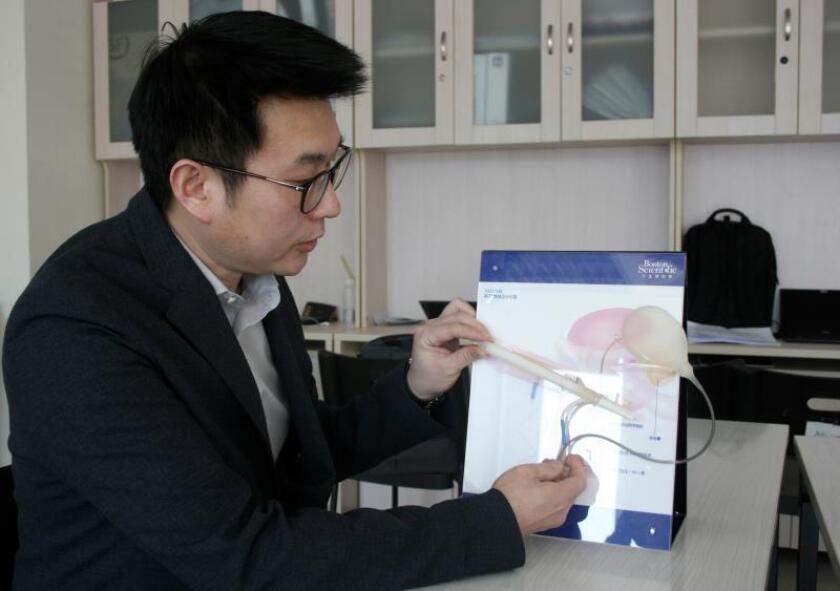 El doctor Tian Long, del Hospital de Chaoyang, ha practicado más de 100 cirugías de penes el año pasado, un tipo de intervención que está en auge en China. EFE