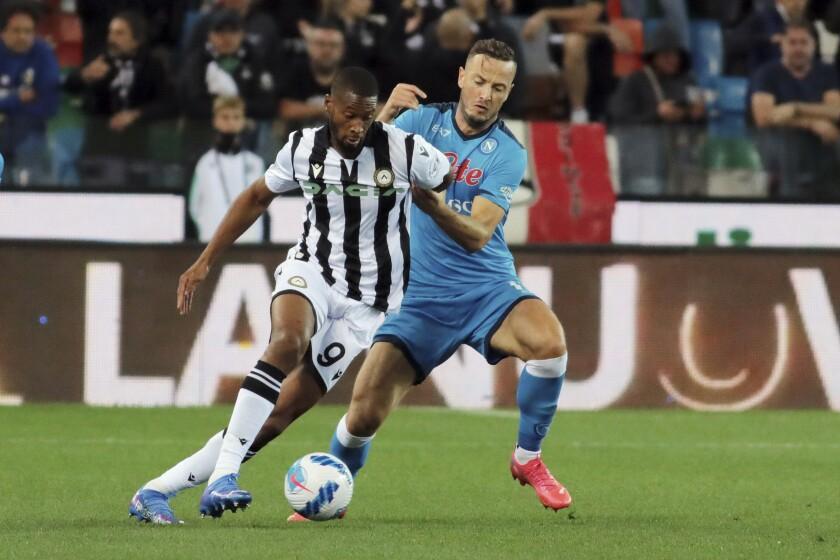 Beto del Udinese pelea por el blaón con Amir Rrahmani del Napoli en el encuentro de la Serie A el lunes 20 de septiembre del 2021 en Udine, Italia. (Andrea Bressanutti/LaPresse via AP)