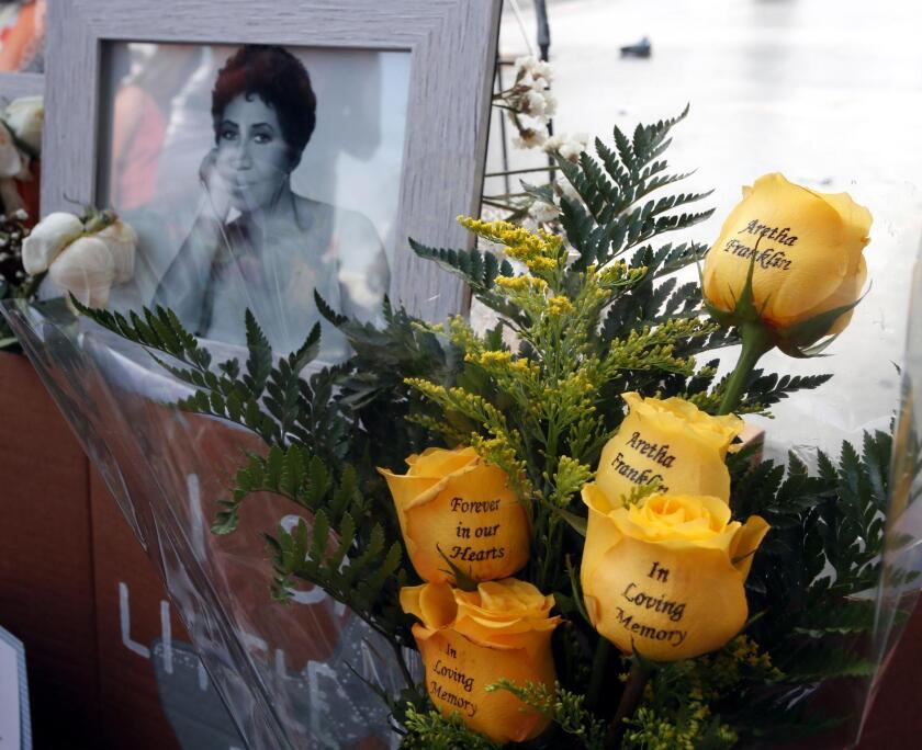 Vista de las velas, fotografías y flores que decoran la estrella que la cantante estadounidense Aretha Franklin tiene en el paseo de la Fama de Hollywood, California.