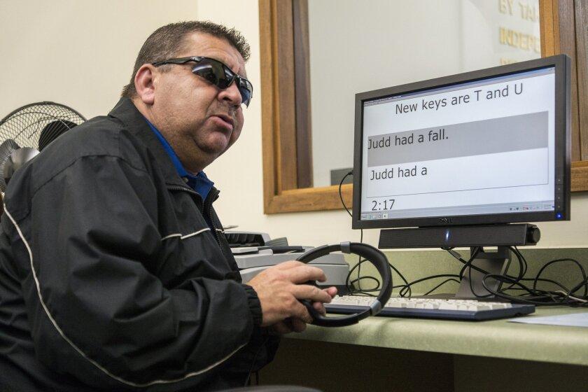 Martin Soqui, un instructor en el Instituto Braille de San Diego, demuestra como usar un programa diseñado para ayudar a aquellos que tienen tanto total como parcial pérdida de la vista a interactuar por medio de una computadora.