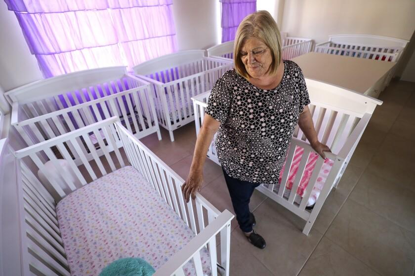 Carmen González, directora del orfanatorio de Sión, se encuentra entre las cunas de bebés, que están listas para ocho bebés recién nacidos, en el orfanatorio el miércoles, 30 de octubre de 2019 en Tijuana, México.