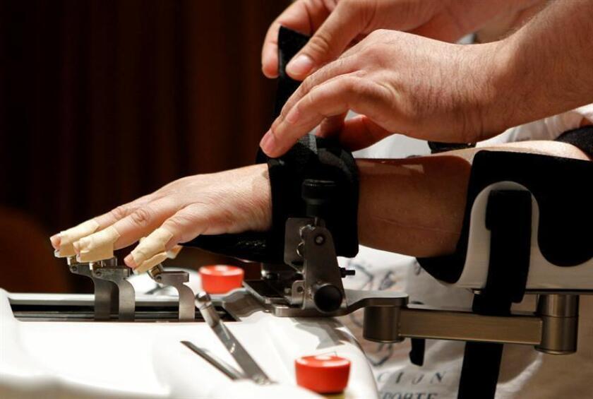 Fotografía de archivo de un robot que ayuda a rehabilitar la movilidad de los dedos en pacientes con daño cerebral por ictus. EFE/Archivo