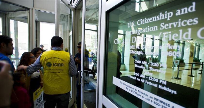 Alrededor de un centenar de inmigrantes centroamericanos fueron liberados hoy por Inmnigración en la estación de autobuses de Greyhound, en Phoenix, Arizona, muchos de ellos sin grilletes electrónicos aunque con citas para presentarse ante un juez. EFE/ARCHIVO
