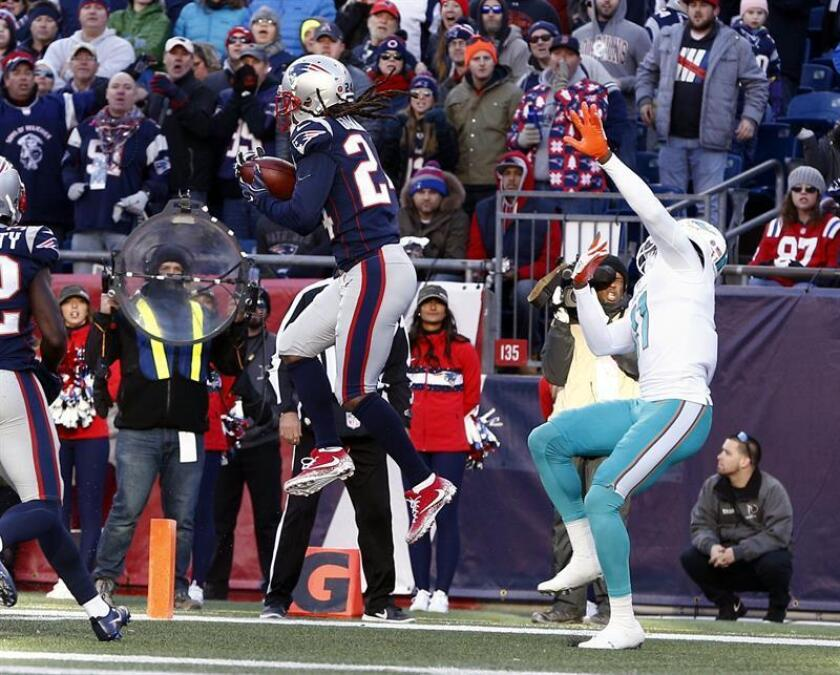New England Patriots cornerback Stephon Gilmore (L) makes an interception intended for Miami Dolphins wide receiver DeVante Parker (R), during the first half at Gillette Stadium in Foxboro (Massachusetts, USA). EFE