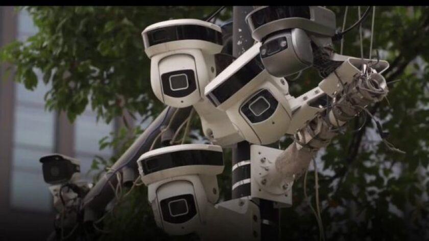 Caminas por una calle en una ciudad de China. Una, dos, tres cámaras de vigilancia en apenas unos pasos. Minutos después la policía podrá saber prácticamente todo de ti.