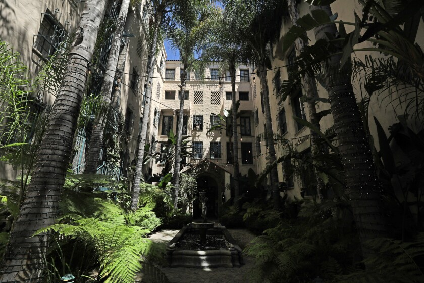 The courtyard of the Spanish Colonial-style Los Altos Apartments at 4121 Wilshire Blvd.