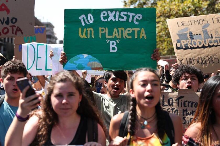 Jóvenes marchan bajo el lema 'Viernes para el futuro' para exigir políticas contra el cambio climático, en Santiago de Chile, este 15 de marzo de 2019, como parte del movimiento Jóvenes por el Clima. EFE