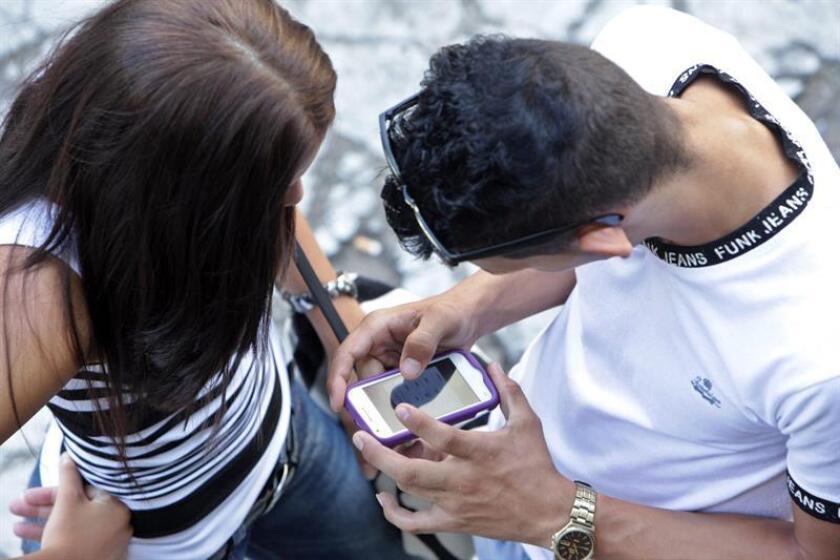 """Los adolescentes que pasan más tiempo enganchados al móvil son """"notablemente"""" más infelices que los que invierten más tiempo en otras actividades, como el deporte o la lectura."""