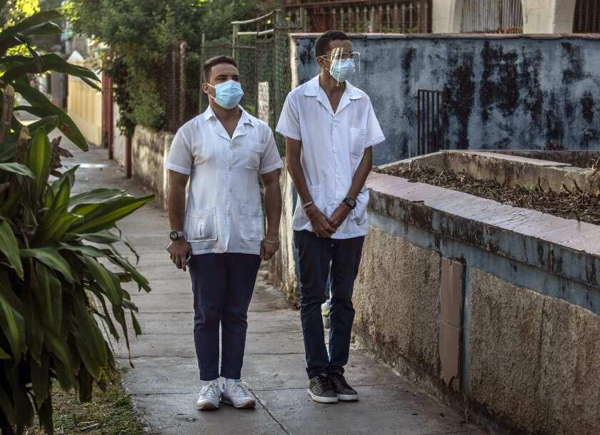 Dos estudiantes de medicina con mascarillas