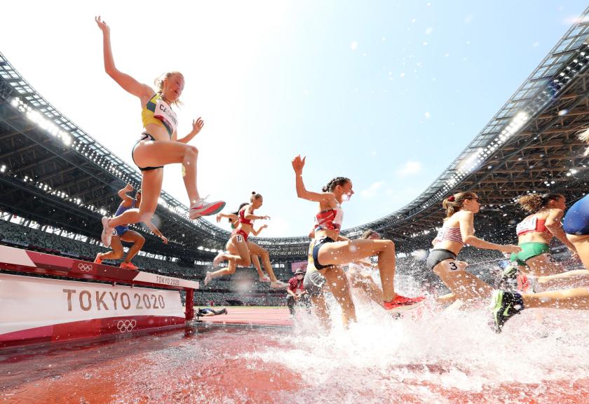 Amy Cashin de Australia, izquierda, y otros compiten en la carrera de obstáculos femenina de 3.000 metros.