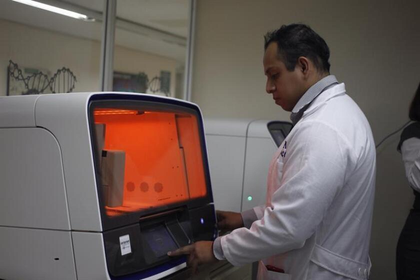 Fotografía fechada el 20 de octubre de 2017, que muestra a un doctor en acción en un laboratorio genómico de Gestación Invitro, el hospital 20 de noviembre, en Ciudad de México (México). EFE/ARCHIVO