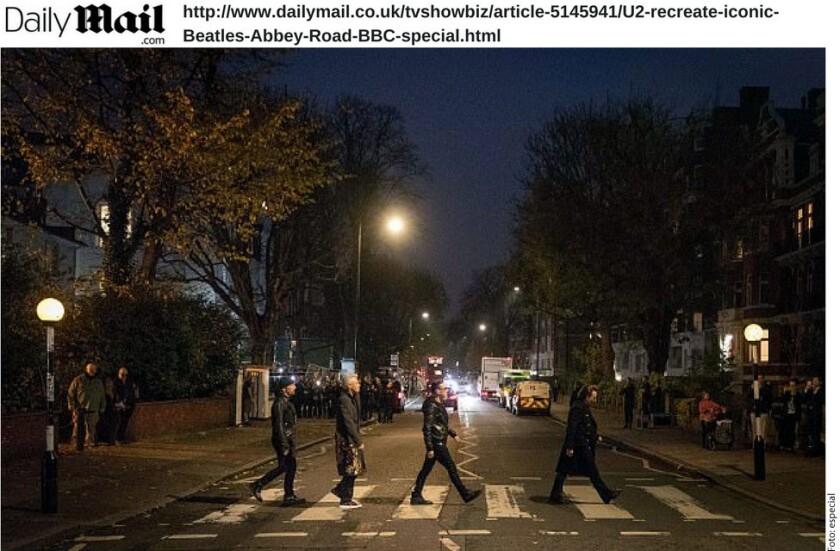 U2 recreó la fotografía en la portada del álbum Abbey Road de The Beatles en Londres, Inglaterra.
