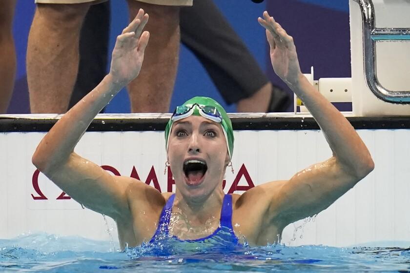 La sudafricana Tatjana Schoenmaker celebra después de ganar el oro en los 200 metros estilo pecho, el viernes 30 de julio de 2021, en Tokio. (AP Foto/Gregory Bull)