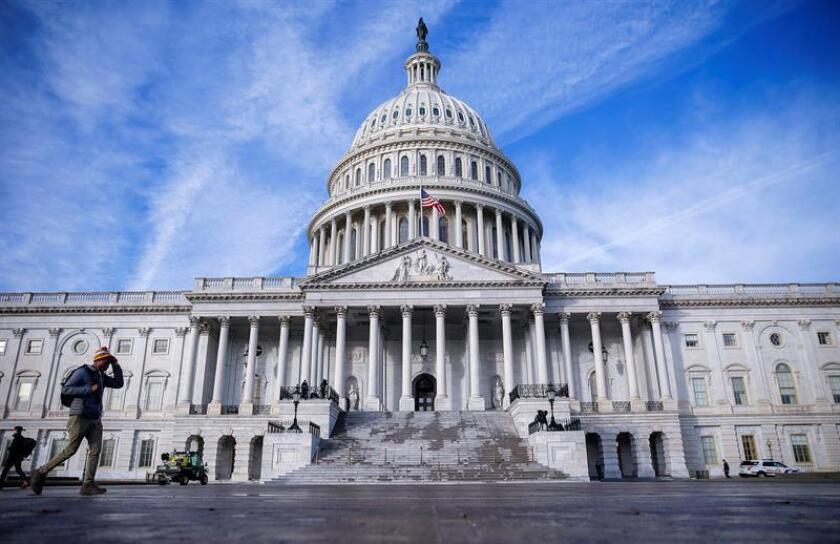 Un hombre camina frente al Capitolio en Washington D.C (Estados Unidos) hoy, 3 de diciembre de 2018 mientras trabajadores preparan la escalinata para la llegada del féretro del ex presidente estadounidense George Bush. EFE