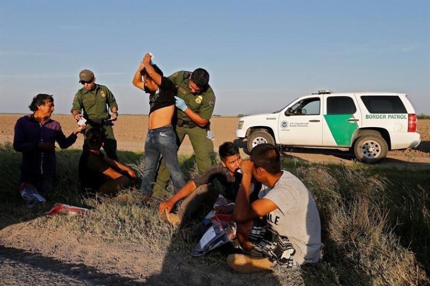 Agentes de la Patrulla Fronteriza (CBP, en inglés) asignados a la estación de Yuma, en Arizona, arrestaron a cerca de 450 inmigrantes indocumentados, en su mayoría centroamericanos, en un periodo de 48 horas, según informó hoy la propia agencia federal. EFE/Archivo