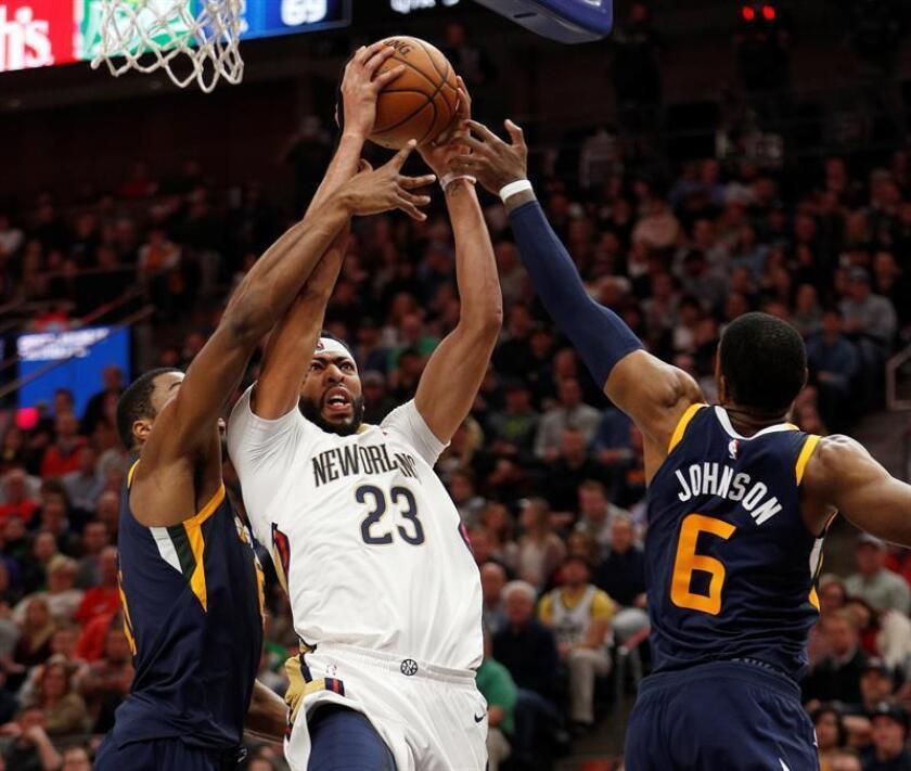 El jugador Anthony Davis (c) de Pelicans disputa el balón con Joe Johnson (d) y Derrick Favors (i) de Jazz hoy, 4 de enero de 2017, en el juego de la NBA entre los Utah Jazz y los New Orleans Pelicans en el Energy Solutions Arena en Salt Lake City, Utah (EE.UU.). EFE