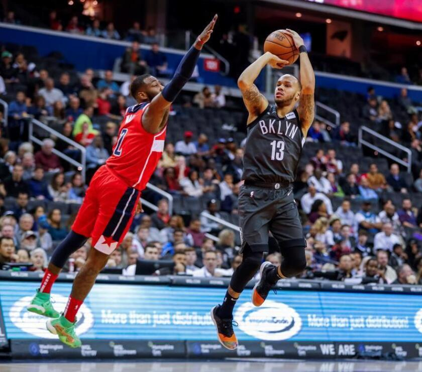 El jugador de los Nets de Brooklyn Shabazz Napier (d), defiende el balón ante el jugador de los Wizards, durante el partido de hoy en Washington. EFE
