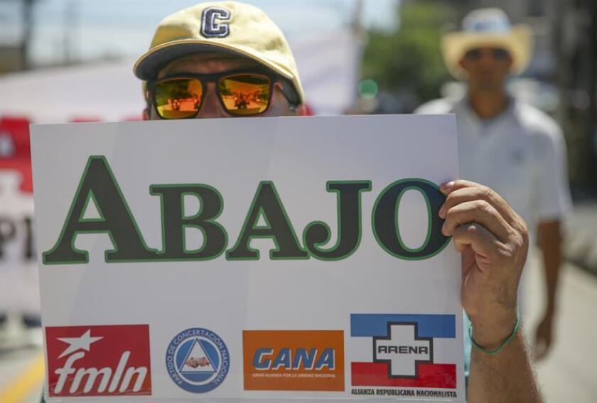 """El Fondo Monetario Internacional acompañará a El Salvador para lograr un acuerdo fiscal que evite un """"default"""" o impago de su deuda soberana a corto plazo, informó hoy la Presidencia del país centroamericano."""