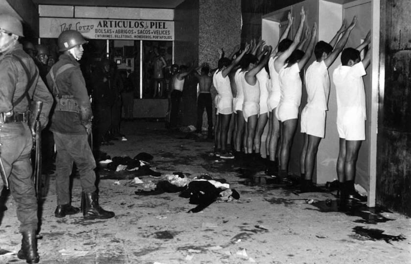 Estudiantes universitarios, semidesnudos y golpeados, custodiados por militares en Tlatelolco, Ciudad de México, el 2 de octubre de 1968.