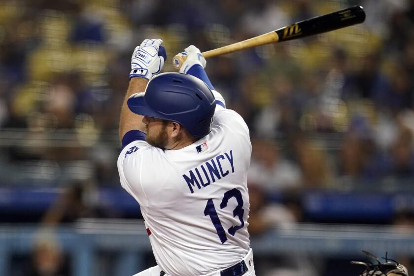 El jugador de los Dodgers de Los Ángeles Max Muncy tras pegar un doble en el primer inning de su juego de béisbol.