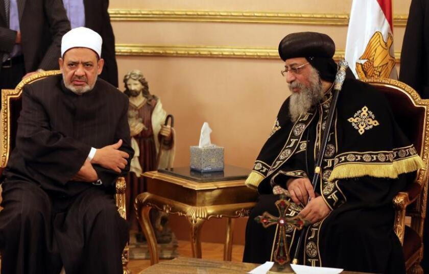 Grand Imam of Al-Azhar Sheikh Ahmed el-Tayeb (L) offers condolences to Pope Tawadros II (R) of Alexandria, head of the Egyptian Coptic Orthodox Church, after the killing of Egyptian Christians in Libya, during a visit to the Coptic Cathedral of Saint Marcos in Cairo, Egypt. EFE/Archivo