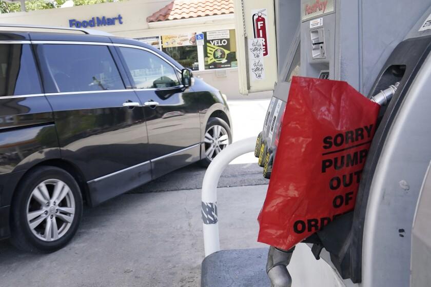 Un cliente sale de una estación de Chevron que quedó sin gasolina, el miércoles 12 de mayo de 2021