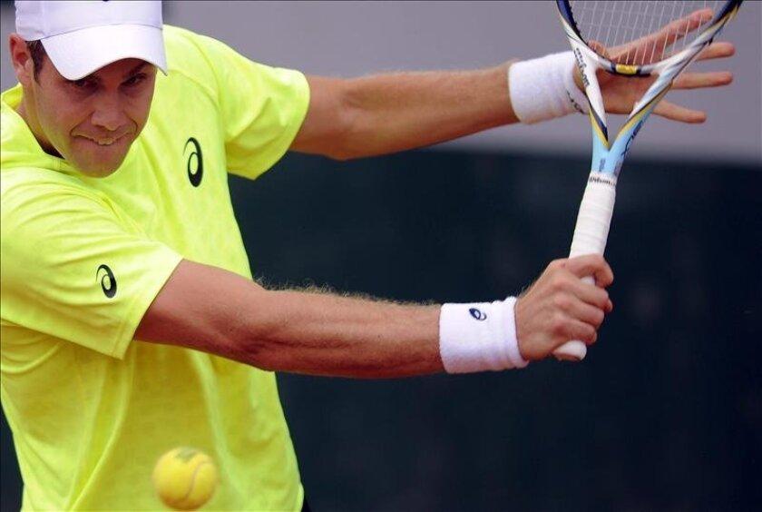 El tenista argentino Federico Delbonis golpea la bola durante el partido de Roland Garros. EFE
