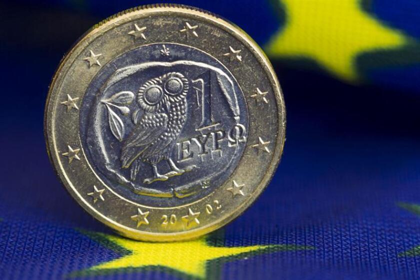 Una moneda de euro puesto de canto en una bandera europea. EFE/Archivo