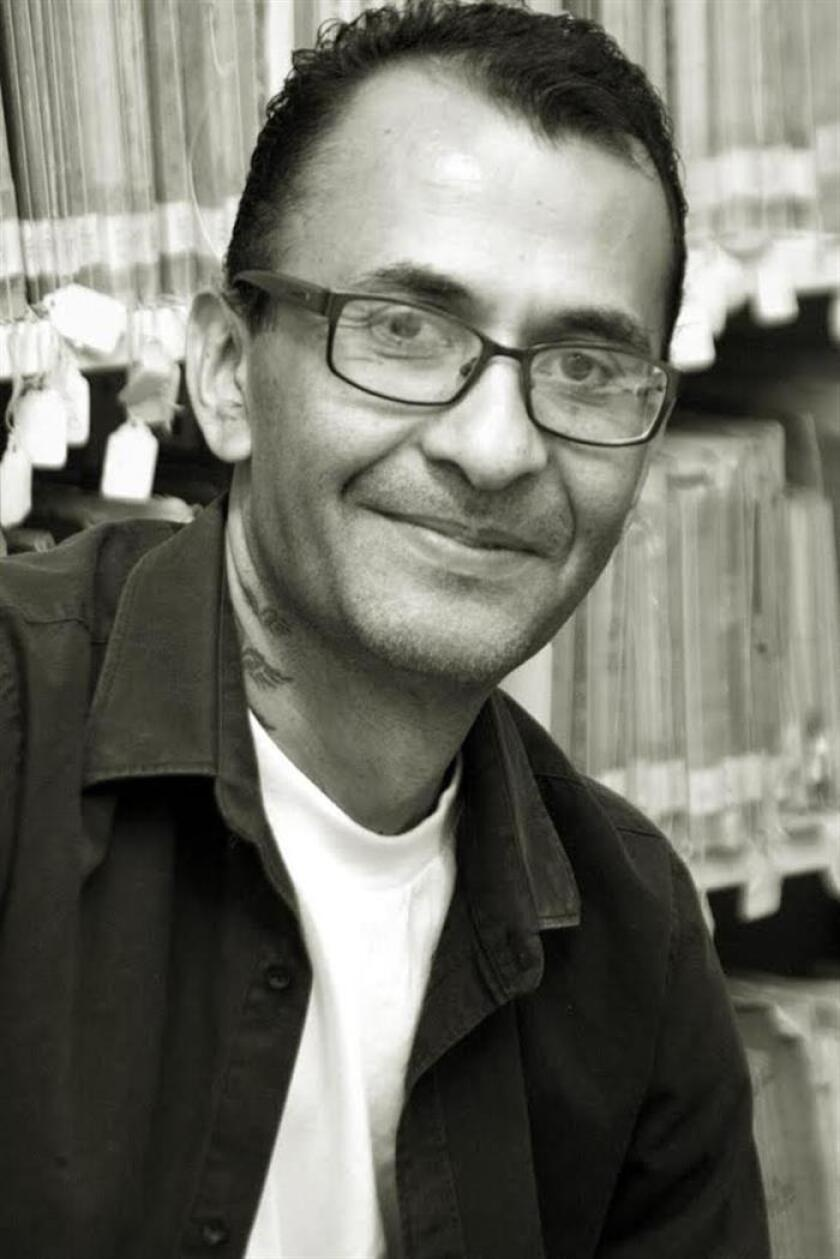"""El escritor mexicano Edgar Ávila Pérez posa durante una entrevista con Efe el 8 de junio de 2018, en Veracruz (México). Ávila Pérez asegura que en un país convulsionado por la violencia como México se necesitan libros como """"Veracruz Contemporáneo"""", donde se exalta la contribución social de 14 artistas locales. EFE"""