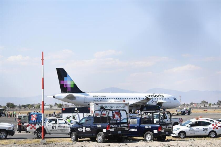 Vista general que muestra a pasajeros que fueron desalojados de una aeronave este miércoles, en el Aeropuerto Internacional de la Ciudad de México (México). EFE