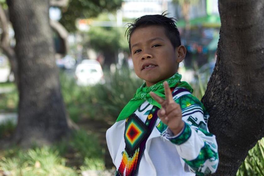 Yuawi posa para una fotografía hoy, jueves 18 de enero de 2018, en la ciudad de Guadalajara (México). Su carismático baile y pegadizo tarareo se han convertido en el primer gran fenómeno viral del año en México, lo que ha supuesto un gran impulso en la carrera de Yuawi, un niño indígena de 9 años que desea consagrarse como cantante siguiendo los pasos de su ídolo Vicente Fernández, el rey de la ranchera mexicana. EFE