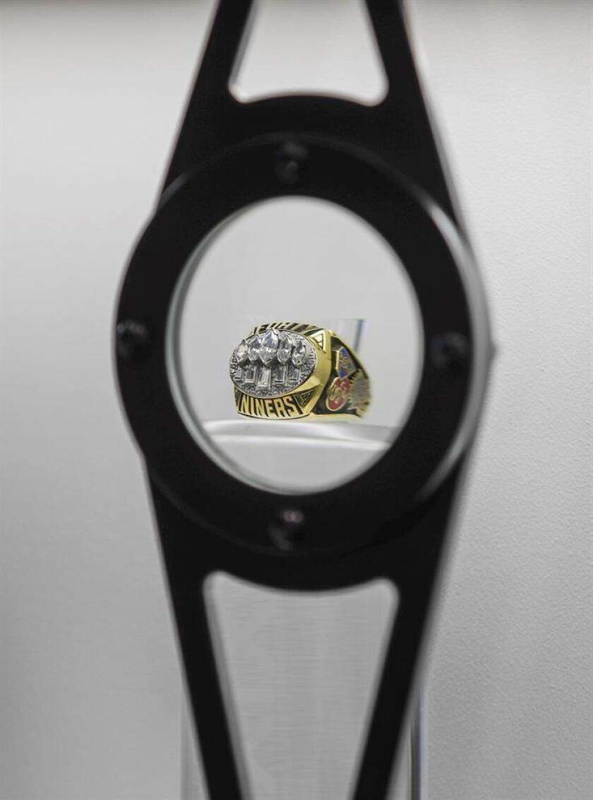 Un anillo del Super Bowl de los San Francisco 49ers se exhibe detrás de una lupa en la Experiencia de aficionados de la NFL, en el Centro de Convenciones de Mineápolis, Minnesota (EE.UU.). EFE/Archivo