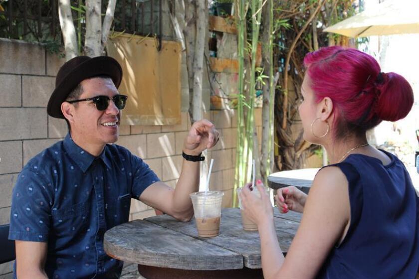 Fotografía de archivo de Héctor Flores (i) y Denise Carlos (d), integrantes del grupo musical Las Cafeteras de Los Ángeles. EFE/Archivo