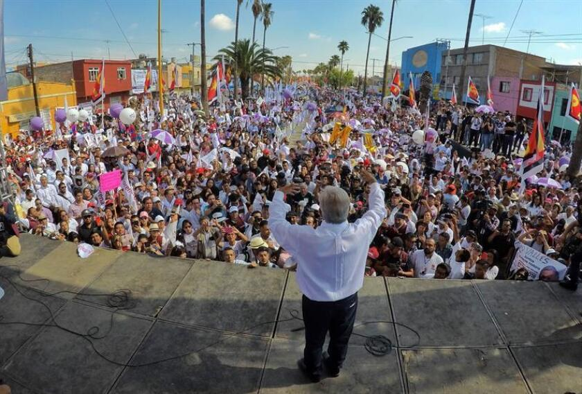 Fotografía cedida hoy, domingo 24 de junio de 2018, por el equipo de prensa del candidato izquierdista, del Movimiento Regeneración Nacional (Morena), Andrés Manuel López Obrador, durante un acto de campaña el estado de San Luis Poytosí (México). EFE