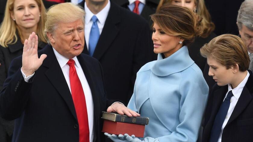 Presidente Donald Trump durante el momento que juramenta como primer mandatario de Estados Unidos el 20 de enero de 2017.