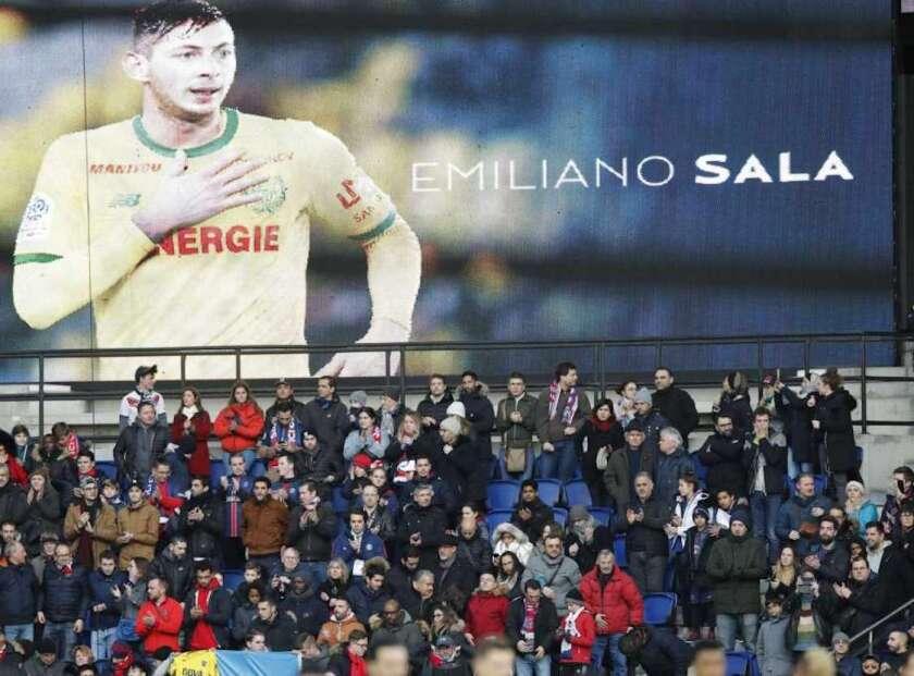 Un tributo al futbolista argentino Emiliano Sala previo al partido de la liga francesa entre Paris Saint-Germain y Burdeos, en el estadio Parc des Princes de París.