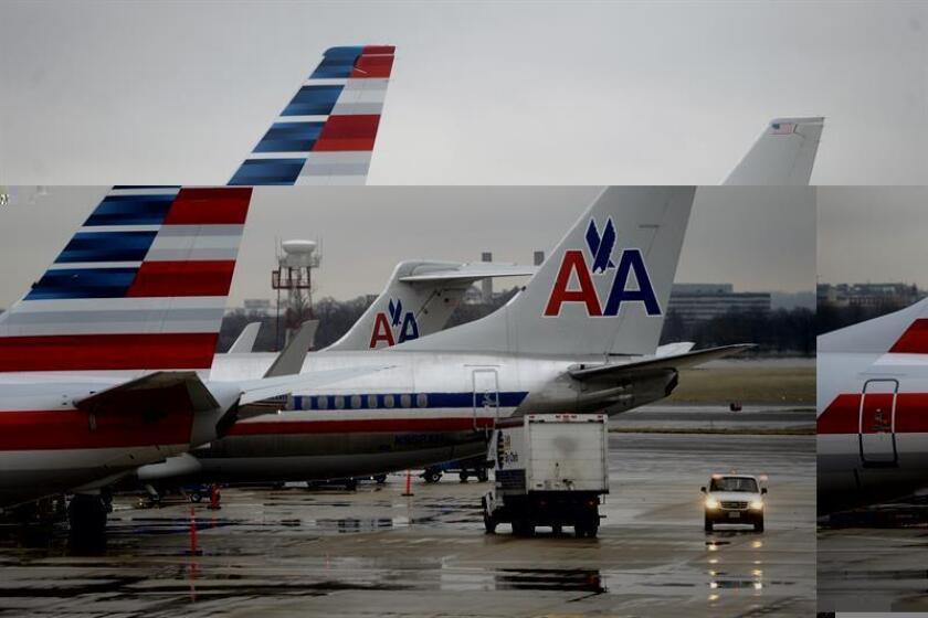 Fotografía que muestra varios aviones de American Airlines estacionados en el Aeropuerto Nacional Reagan, en Arlington, Virginia (EE.UU.). EFE/Archivo