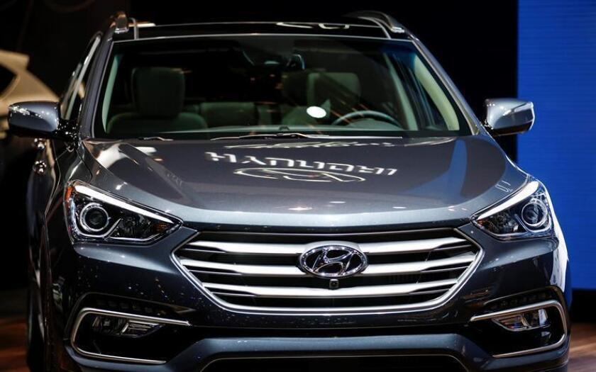 Hyundai llamó hoy a revisión alrededor de 100.000 vehículos de los modelos Sonata 2011-2014 y Santa Fe Sport 2013-2014 que ya habían sido reparados con antelación por un posible problema en la instalación de la línea de alimentación de combustible. EFE/Archivo