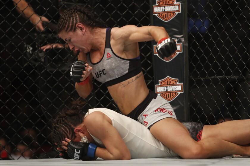 Tecia Torres castiga a oponente.