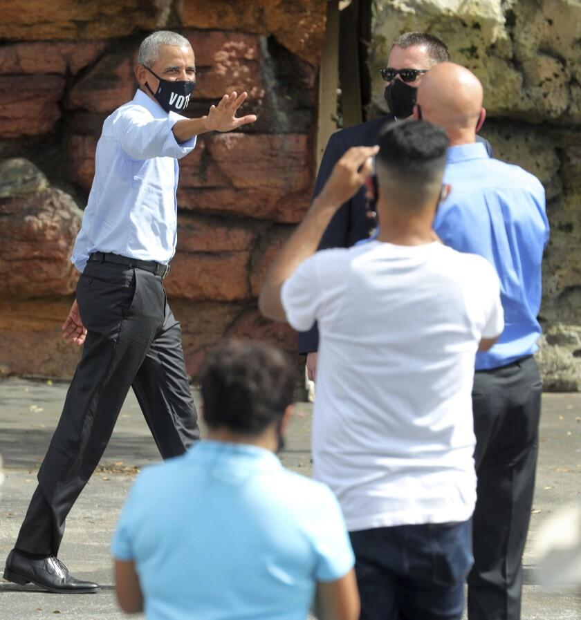 El expresidente Barack Obama saluda en un local de la campaña de Joe Biden en Orlando