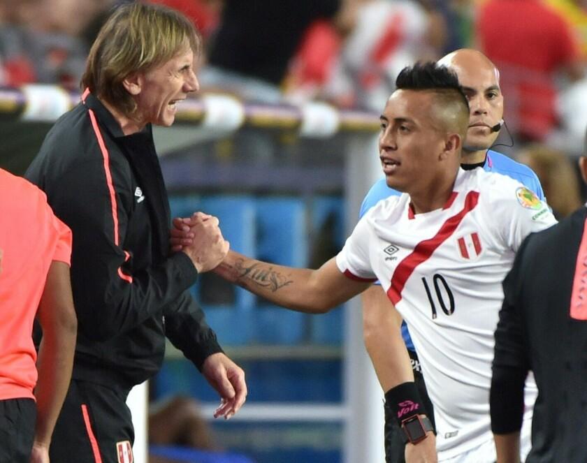 Ricardo Gareca celebra el gol de Christian Cueva que abrió el marcador frente a Ecuador y que al final terminaron empatados a 2 goles por lado.