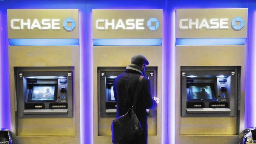La incorporación de cajeros automáticos sin tarjetas sucede mientras los bancos intentan que sus clientes realicen más transacciones online, en sus teléfonos o a través de las máquinas ATM. Arriba, una sucursal en Nueva York, el año pasado.