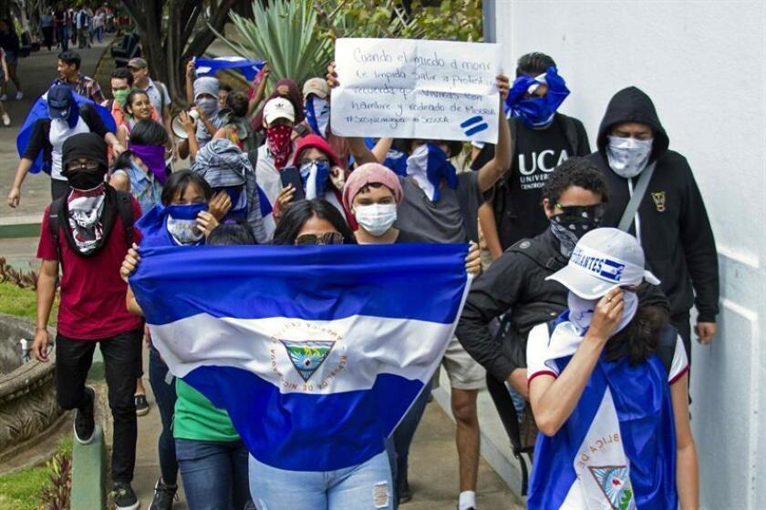 Estudiantes de la Universidad Centroamericana (UCA) realizan el viernes primero de marzo de 2019 una protesta dentro de la sede en Managua (Nicaragua) contra el presidente Daniel Ortega, a pesar de la prohibición emitida por la Policía Nacional para este tipo de manifestaciones. EFE/Archivo