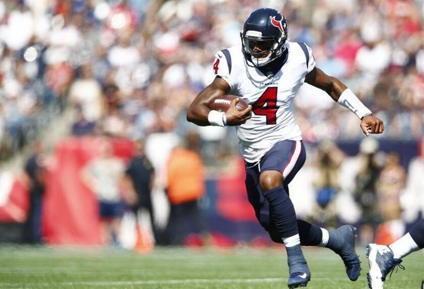 En la imagen un registro Deshaun Watson, mariscal de campo de los Texans de Houston, quien sufrió una graves lesión de ligamentos de la rodilla derecha que lo alejará de la competencia por el resto de la temporada de la NFL. EFE/Archivo