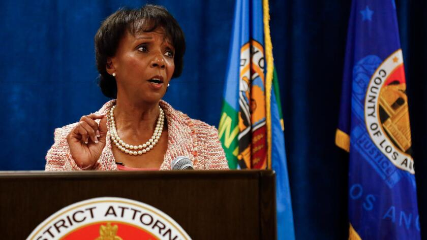 Jackie Lacey, fiscal del distrito del Condado de Los Ángeles, aparece en una conferencia de prensa en el salón de justicia de L.A., el 29 de junio de 2015.
