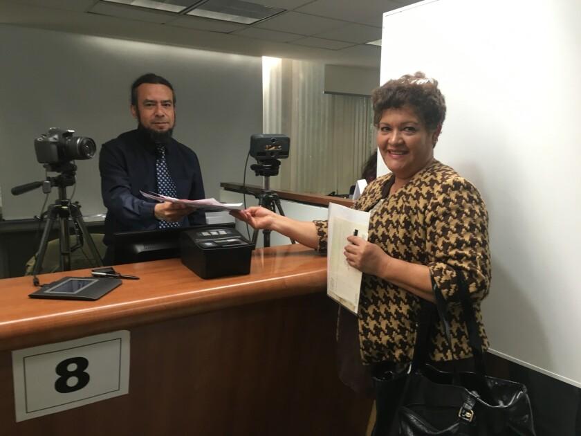 Catalina Padilla acudió a primera hora al consulado mexicano en L.A. a tramitar su credencial del elector, trámite que desde este 8 de febrero se puede realizar en 16 oficinas consulares en Estados Unidos.